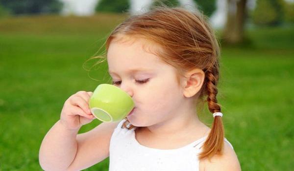Có nên cho trẻ uống nước trà không?
