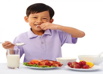 Trẻ vận động nhiều cần ăn uống như thế nào?
