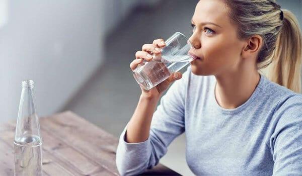 Uống hết một ly nước lọc